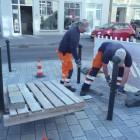 Mitarbeiter des Nördlinger Bauhofs bereiten die Montage vor