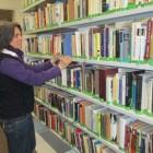 Karin Neupert in der Schulbibliotk